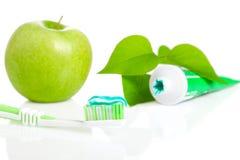 Cepillo de dientes con goma dental. Fotografía de archivo