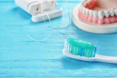 Cepillo de dientes con goma en fondo de madera del color Foto de archivo libre de regalías