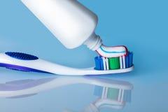 Cepillo de dientes con goma con la reflexión Foto de archivo libre de regalías