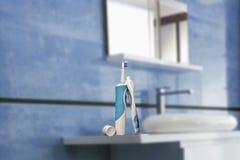 Cepillo de dientes eléctrico con crema dental Imágenes de archivo libres de regalías