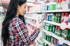 Cepillo de dientes de la compra de la mujer joven en supermercado imágenes de archivo libres de regalías