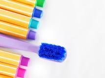 Cepillo de dientes de la suave al tacto en fondo colorido y blanco Imagenes de archivo