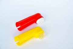 Cepillo de dientes usado por puesto en el finger para el perro y el gato en el fondo blanco Fotografía de archivo libre de regalías