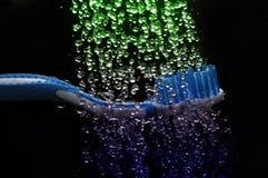 Cepillo de dientes y agua Imagenes de archivo