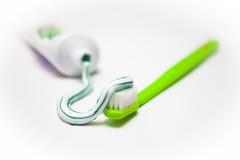 Cepillo de dientes y crema dental Imagen de archivo