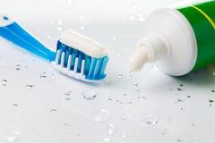 Cepillo de dientes y crema dental Foto de archivo