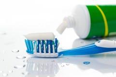 Cepillo de dientes y crema dental Fotos de archivo