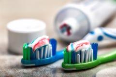 Cepillo de dientes y crema dental en el estante Imagenes de archivo