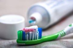 Cepillo de dientes y crema dental en el estante Fotos de archivo libres de regalías