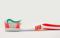 Cepillo de dientes y crema dental para la higiene dental de los dientes aislados Foto de archivo libre de regalías