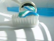 Cepillo de dientes y espejo fotografía de archivo libre de regalías