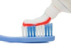 Cepillo de dientes y goma aislados sobre blanco Fotografía de archivo