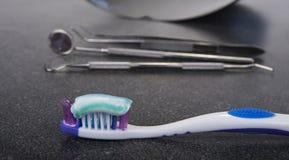 Cepillo de dientes y goma con las herramientas dentales Limpie su escena de los dientes Imagen de archivo libre de regalías