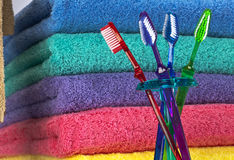 Cepillo de dientes y toallas de baño foto de archivo