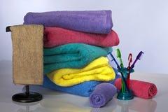 Cepillo de dientes y toallas de baño foto de archivo libre de regalías