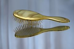 Cepillo de pelo del color oro imágenes de archivo libres de regalías