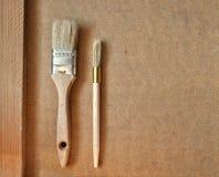Cepillo de pintura de la renovación en la madera Foto de archivo
