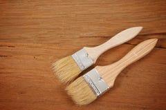Cepillo de pintura en un fondo de madera Foto de archivo libre de regalías