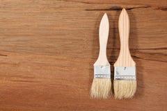 Cepillo de pintura en un fondo de madera Fotografía de archivo