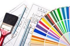 Cepillo de pintura, lápices, gráficos y guía del color Imagen de archivo