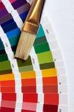 Cepillo del artista con la carta de color de la pintura en lona Imágenes de archivo libres de regalías