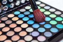 Cepillo del maquillaje con el cosmético Fotografía de archivo libre de regalías