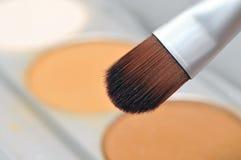 Cepillo del maquillaje con el polvo Imagenes de archivo