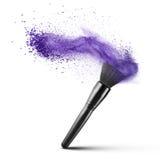 Cepillo del maquillaje con el polvo azul aislado Imagenes de archivo