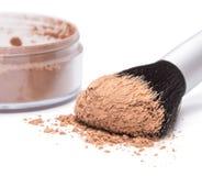 Cepillo del maquillaje con el polvo cosmético flojo Imagen de archivo libre de regalías
