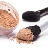 Cepillo del maquillaje con el polvo cosmético flojo Fotografía de archivo libre de regalías