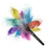 Cepillo del maquillaje con el polvo del color aislado Fotografía de archivo libre de regalías