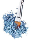 Cepillo del maquillaje con la sombra de ojo machacada azul gris Imagen de archivo