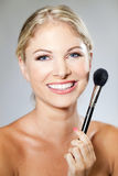 Cepillo del maquillaje de la mujer Imagen de archivo