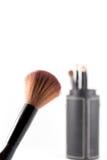 Cepillo del maquillaje en el fondo blanco Foto de archivo libre de regalías