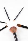 Cepillo del maquillaje en el fondo blanco Imagen de archivo