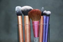 Cepillo del maquillaje en manija púrpura, rosada y de oro del color Imagenes de archivo