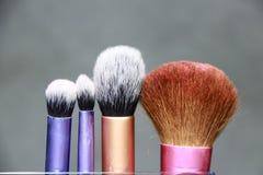 Cepillo del maquillaje en manija púrpura, rosada y de oro del color Son fundación acentuada Fotos de archivo