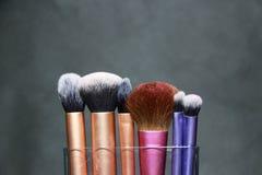 Cepillo del maquillaje en manija púrpura, rosada y de oro del color Son fundación acentuada, sombra baja y cepillo de lujo del pl Imagenes de archivo