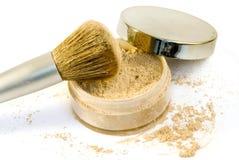 Cepillo del maquillaje en polvo de la fundación con la tapa Foto de archivo libre de regalías