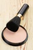 Cepillo del maquillaje y compacto de polvo del cosmético Imagen de archivo libre de regalías