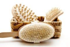 Cepillo del masaje con el cepillo para el pelo en la cesta Imágenes de archivo libres de regalías