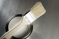 Cepillo del pintor y estaño blanco de la pintura imágenes de archivo libres de regalías