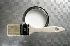 Cepillo del pintor y estaño blanco de la pintura imagenes de archivo