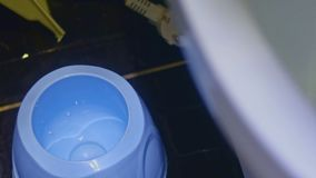Cepillo del retrete en el WC almacen de metraje de vídeo