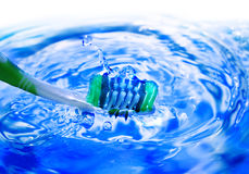 Cepillo dental de la mano imagenes de archivo