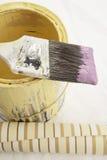 Cepillo a echar a un lado en la poder de la pintura Imagen de archivo
