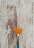 Cepillo en tabla de madera Imagen de archivo