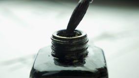 Cepillo femenino de las clavadas de la mano en un tarro de tinta para el cierre de dibujo para arriba Brochas pasadas de moda chi Imagen de archivo