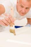Cepillo maduro de adornamiento casero de la puerta de la pintura del hombre Imagen de archivo libre de regalías