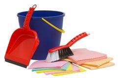Cepillo, pala y cubo aislados en blanco y listo para spring cleaning Foto de archivo libre de regalías